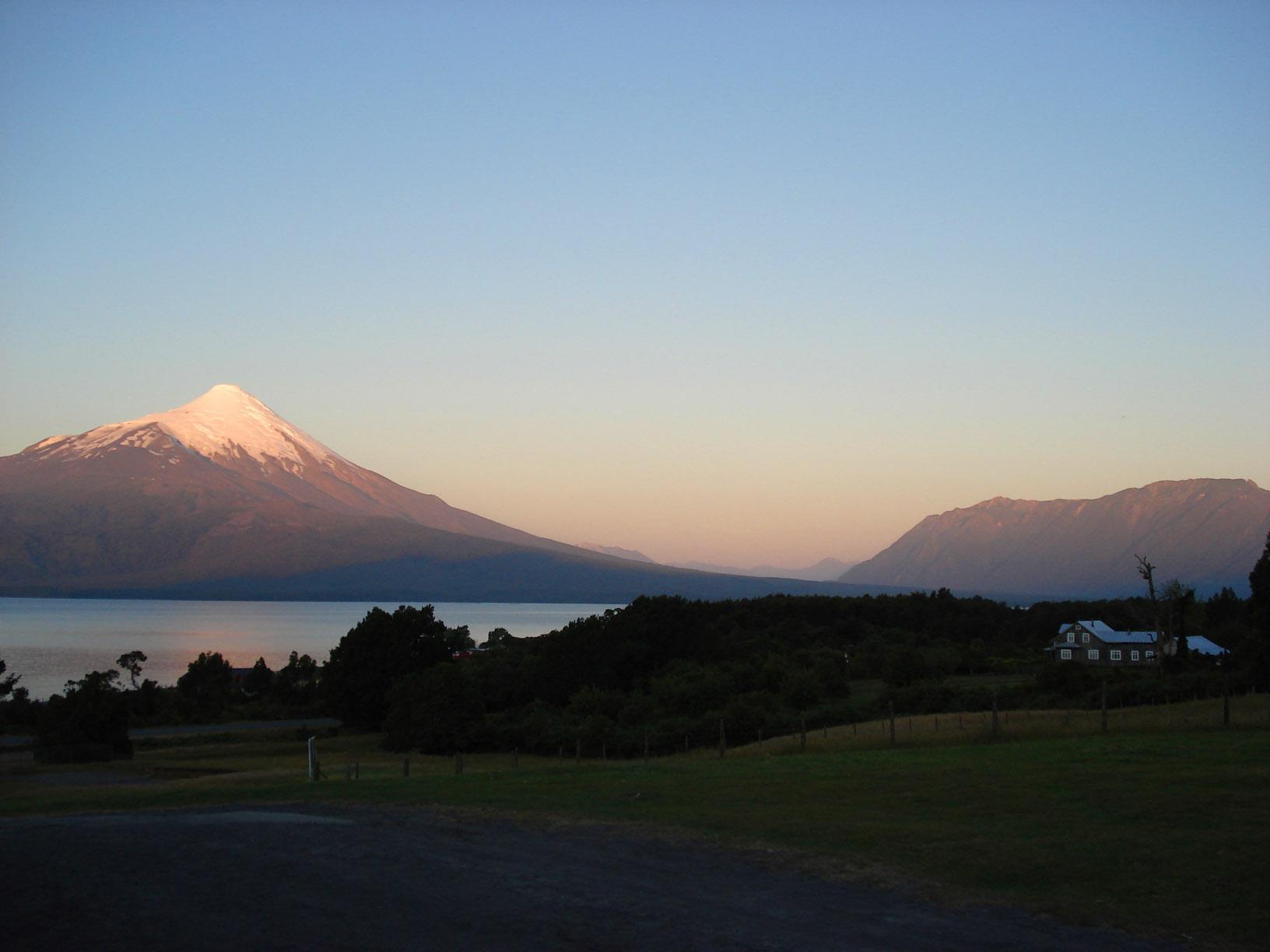 Vulcán Osorno over Lago Llanquihue by payayita